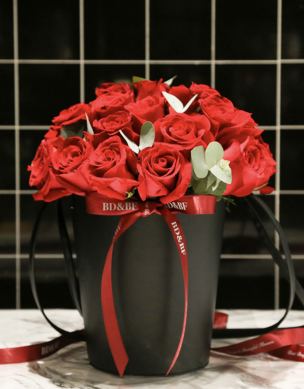 满满玫瑰花桶