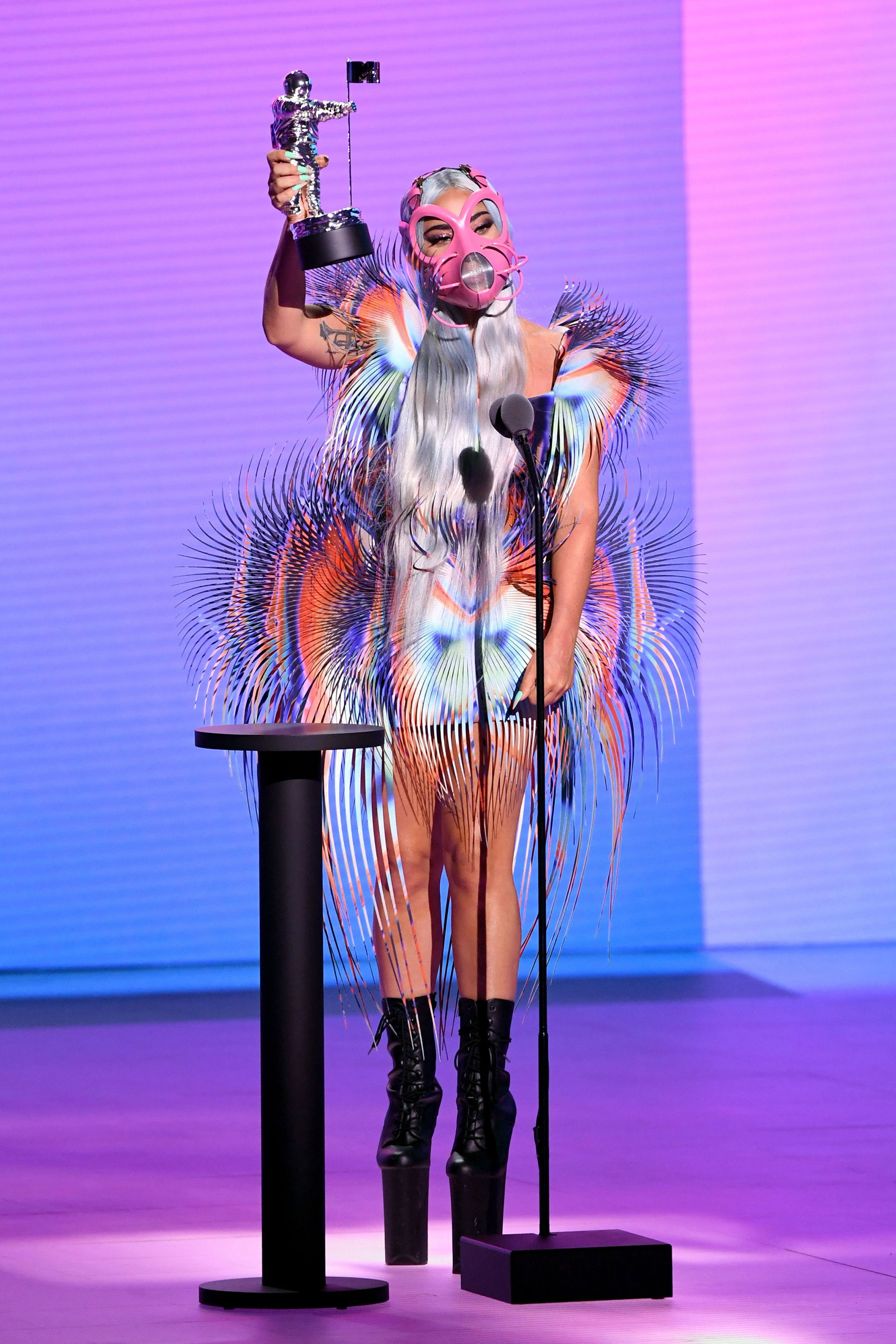 来看看2020 VMA颁奖礼上欧美明星们的造型,最大赢家是…